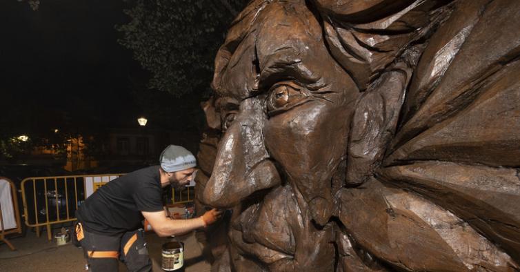 Esta escultura de Miguel Torga numa árvore está a irritar a filha do escritor
