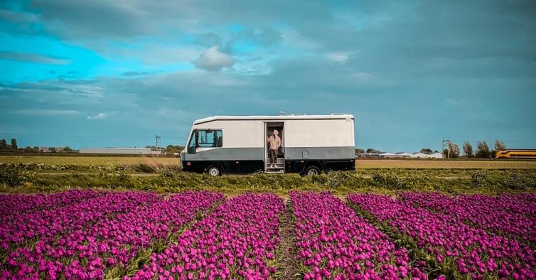Ele montou um estúdio na caravana e agora viaja pelo mundo a gravar músicas