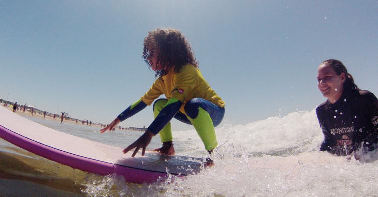 Hotel Golf Mar cria programas especiais com visitas ao Dino Parque e aulas de surf