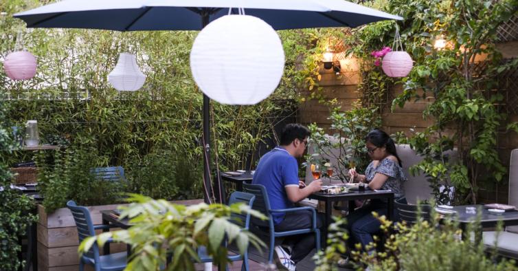 Fomos experimentar o Tsukimi: a experiência do sushi num jardim secreto de Lisboa