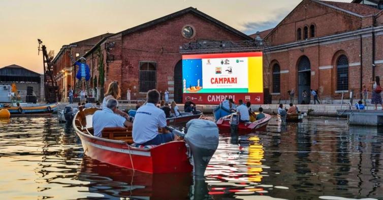 A pandemia transformou os canais de Veneza em salas de cinema