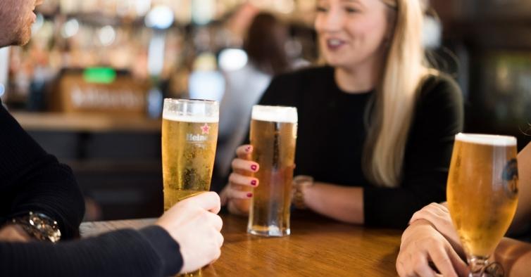 Especialista diz que bares representam maior risco de infeção do que aviões