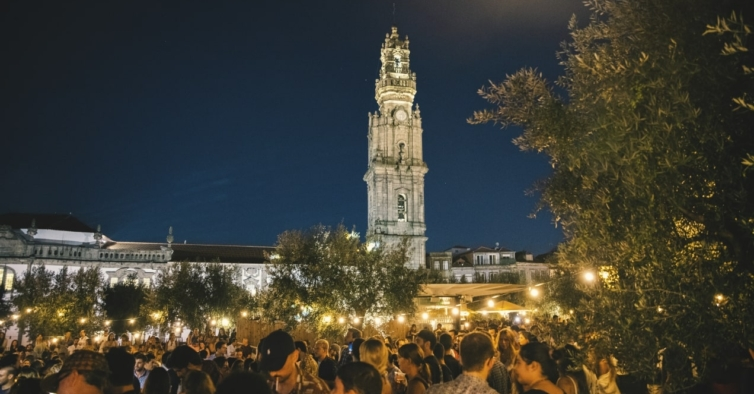 Voltaram as visitas noturnas ao topo da Torre dos Clérigos